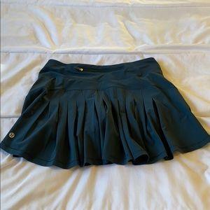 Lululemon tennis skirt GREEN size 4 tall worn once